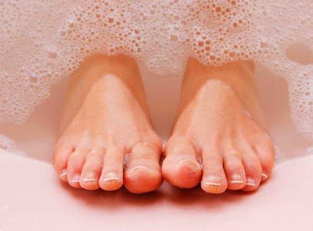 2. Ayaklarımızı yeteri kadar yıkamıyoruz!