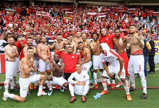 Antalyaspor Kulübü, taraftarların Gençlerbirliği maçında İzmir Marşı için 'siyasi slogan' ifadesini kullanarak marşın söylenmesini eleştirdi.
