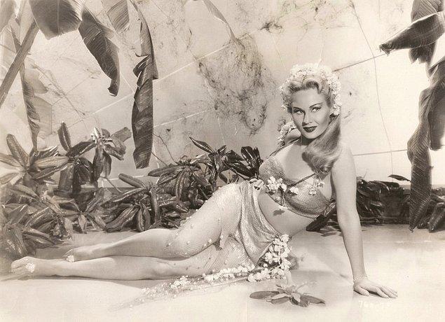 3. 1930'lu yılların Mae West'le özdeşleşen ideal vücut tipi: Büyük göğüsler, ince bel ve geniş kalçalar.