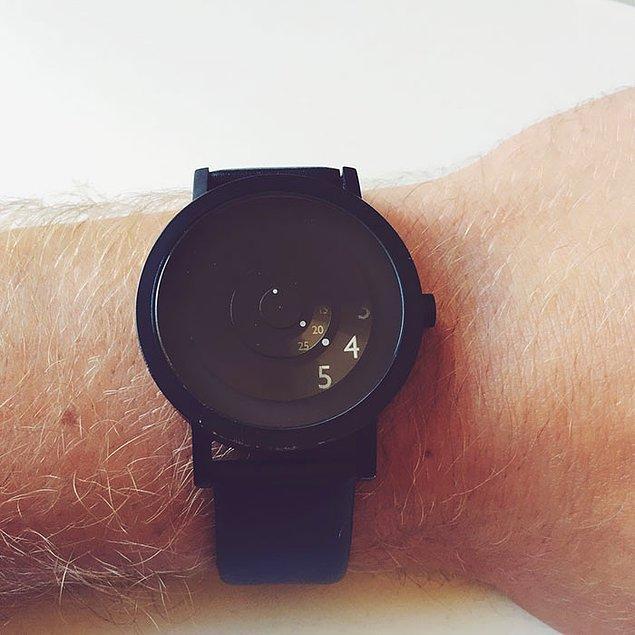 12. Minimal bir saat. Yalnızca o an ihtiyacın olan saati gösteriyor.