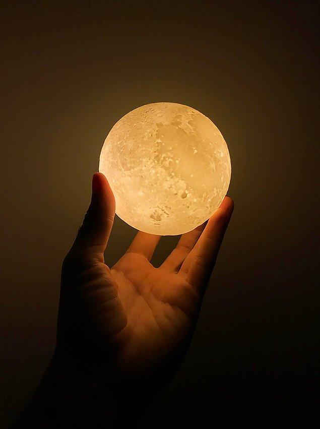 """16. Bu küçük bir """"Ay Lambası"""". Elinize aldığınızda sanki gerçekten Ay'ı tutuyormuş gibi güçlü hissedebilirsiniz. 💪"""