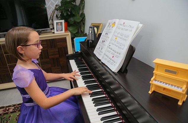 Hem okulunda hem de piyano alanında başarılı olan minik yetenek, piyano hocası Esra Yüce'nin teşvikleriyle İtalya'da düzenlenen Dinu Lipatti Gençler Uluslararası Müzik Yarışması'na katıldı.