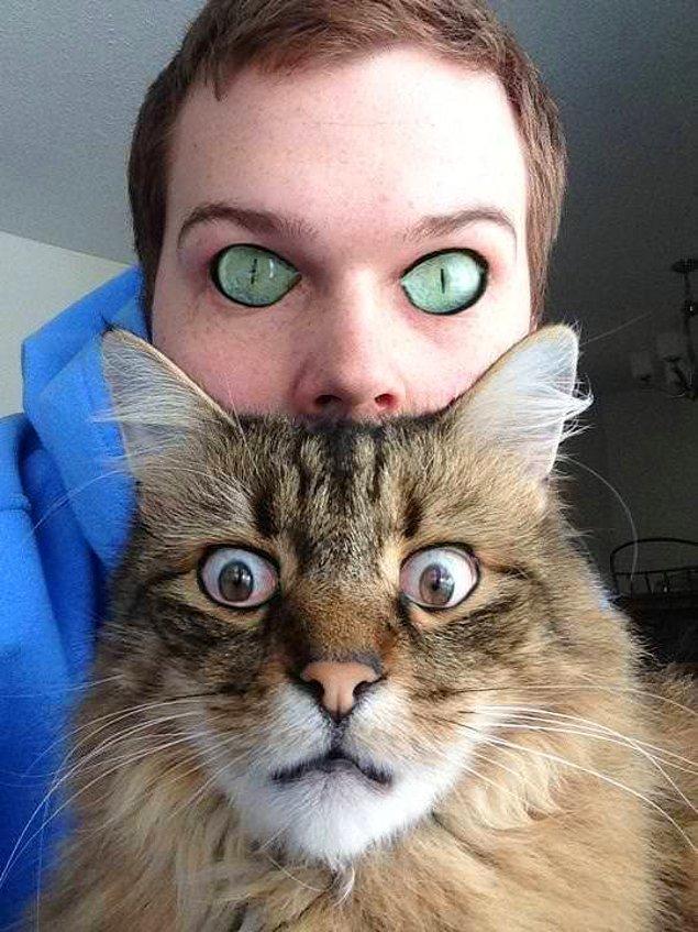 19. Kediyle yakın dostu arasında bir göz değişimi yaşanmış gibi görünüyor.