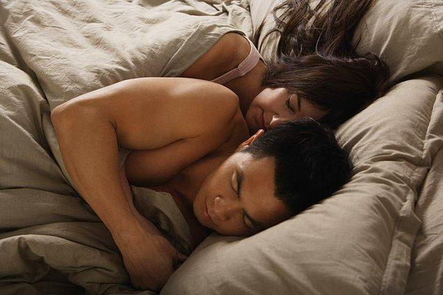 İngiltere'de yapılan araştırmaya göre İngiliz çiftlerin %20'si kaşık pozisyonunda uyumayı tercih ediyor.