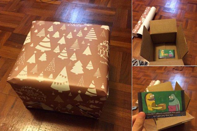 """1. Hiç üşenmeden kocaman bir kutu hazırlayıp içine """"Bu sene sana hediye alamadım."""" yazılı küçücük bir kart koyan şakacı kardeş..."""