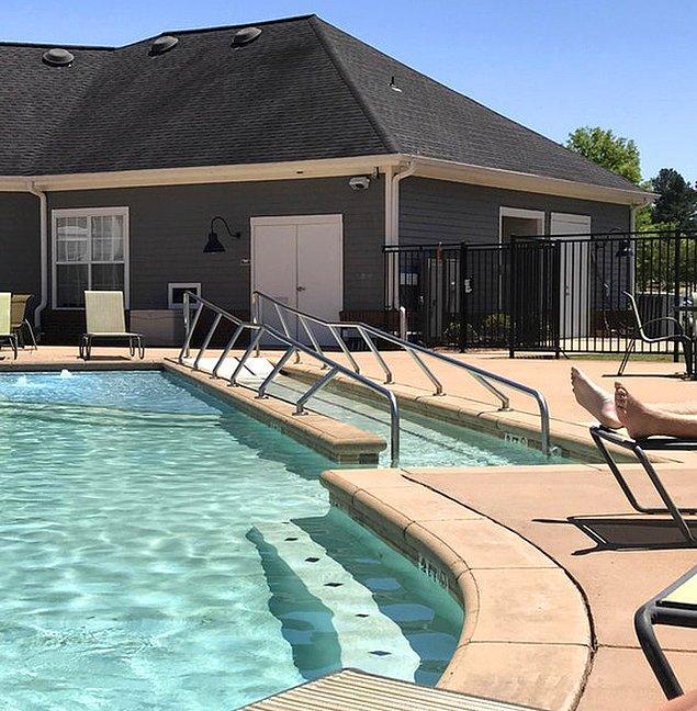 2. Tekerlekli sandalye inişi olan havuz.