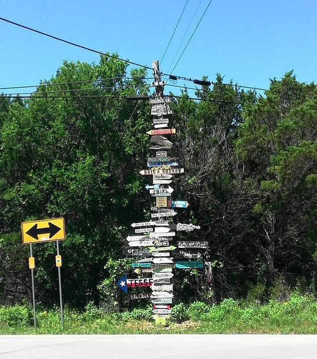 6. Küçük bir kasaba olduğu için tabelaların her birinde orada yaşayan insanların ismi yazıyor.