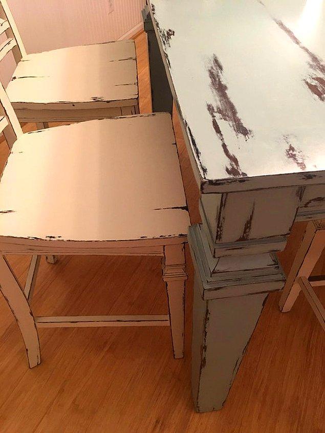 12. Kağıttan yapılmış gibi gözüken ahşap masa ve sandalye.