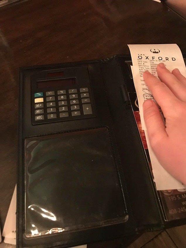 11. Hesabı ayrı ayrı ödemek istediğimizde bu durum garson için de bizim için de zulüm olabiliyor. Bu restoran bu durumdan sıkılmış olacak ki, hesap tutacaklarına küçük hesap makineleri koymayı ihmal etmemiş.
