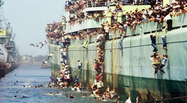 Arnavut mülteciler karaya çıkıyor. | Bari Limanı, İtalya, 8 Ağustos 1991