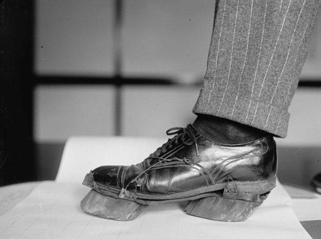 Dışarı çıkma yasağı olduğu günlerde kaçaklar ayak izlerini saklamak amacıyla inek tabanlığı kullanırlardı, 1924.