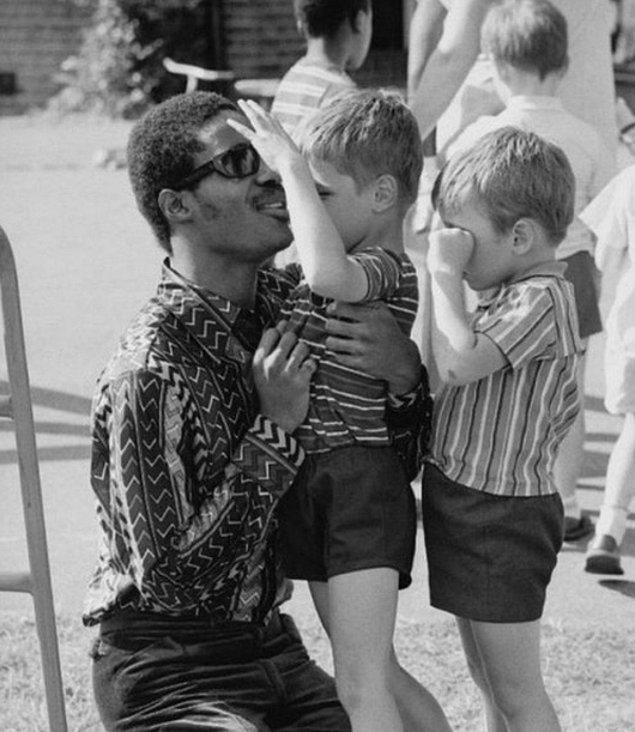 Stevie Wonder Kaliforniya'daki görme engelliler için yapılmış okulu ziyaret ederken, 1970.