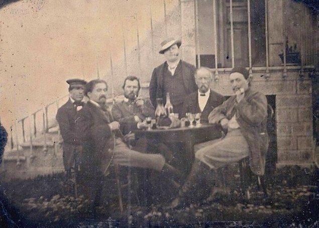 Vincent van Gogh (soldan üçüncü) ve Paul Gauguin (hemen sağında) içki içerken, Paris, 1887.