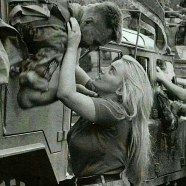 Hırvat asker ve sevgilisi birbirine veda ederken, 1995.