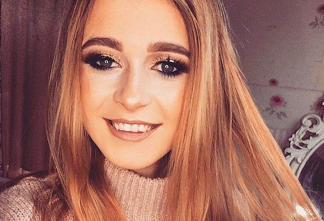 Düğün fotoğrafları yayınlanınca onların Facebook'a yüklendiğini gören 26 yaşındaki Emma, eski erkek arkadaşının yanında durduğu gerçeğinin garipliği hakkında bir şey yapılması gerektiğine karar vermiş.