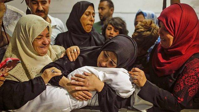 Annesi Meryem'in çocuğunun cansız bedenine sarılırken çekilen bu fotoğraf ise yürekleri dağladı.