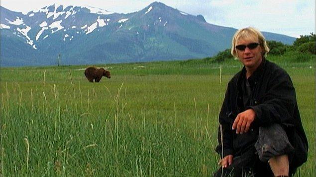 35. Amatör bir bozayı uzmanı kız arkadaşı ile birlikte 13 yaz boyunca ulusal park ve ayılar arasında bir alanda yaşıyorlar. Sonunda da ayılar tarafından parçalanmış cesetleri bulunuyor. Bu ölümün hikayesi ve doğa ile insan arasındaki ilişkiyi izlemek isterseniz 'Ayı Adam' size göre.