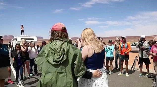 Çift kalabalığın alkışları ve çığlıkları arasında birbirlerine sarıldılar.
