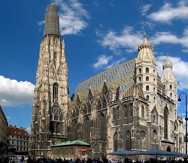 Viyana'da annesi ve teyzesini keyifle dolaştıran Lessien High Priest Aziz Stephan Katedrali'nin ucunu tutuyormuş gibi fotoğraflarını çekmek istedi.