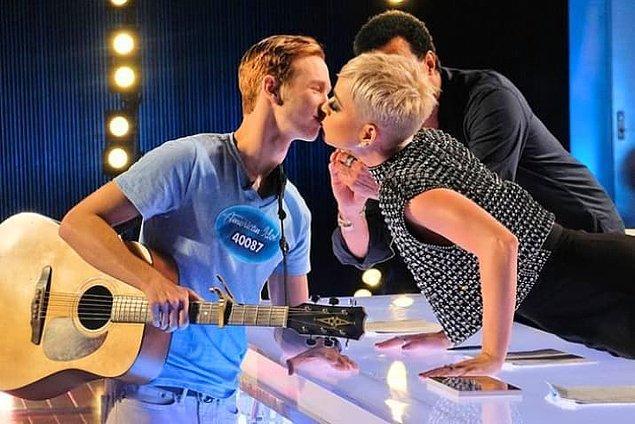 """""""American Idol"""" yarışmasının 16. sezonu devam ederken, jüri koltuğunda oturan Katy Perry """"wig"""" ve bir yarışmacıyı kandırarak öpmesi gibi olaylar ile gündeme gelmişti."""