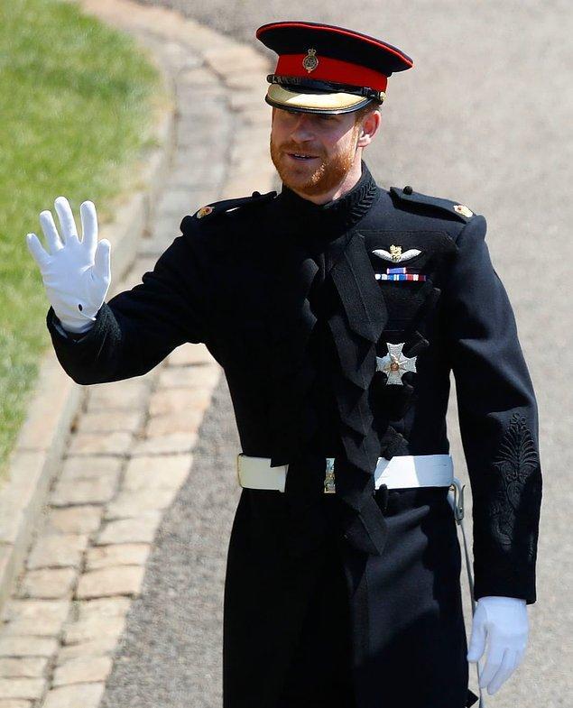 """Prens Harry ise düğünde  dik yakalı """"Blues and Royals"""" tarzı bir üniformayı tercih etti. Üniforma tamamen elde kesilip dikildi. Kolundaki işlemeyi de bir kişi bir haftada tamamladı."""