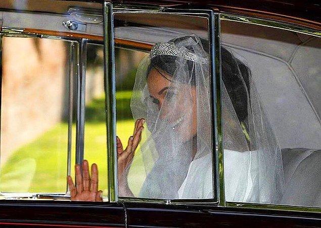 Misafirler ve Prens Harry törenin yapılacağı alanda hazır beklerken, Meghan Markle da araç içinde ilk defa gelinliğiyle görüntülendi.