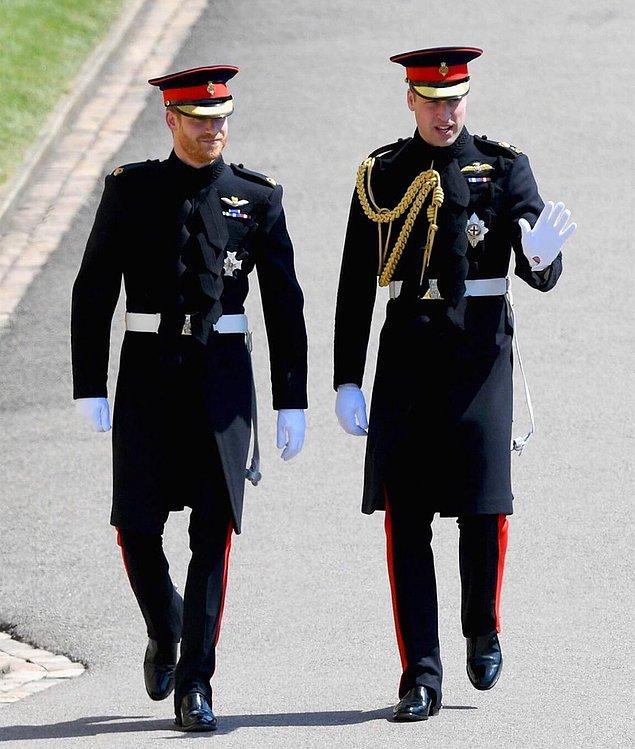 Törenin yapılacağı şapele Prens Harry, abisi Prens William ile üniformalar içinde yürüyerek geldi.