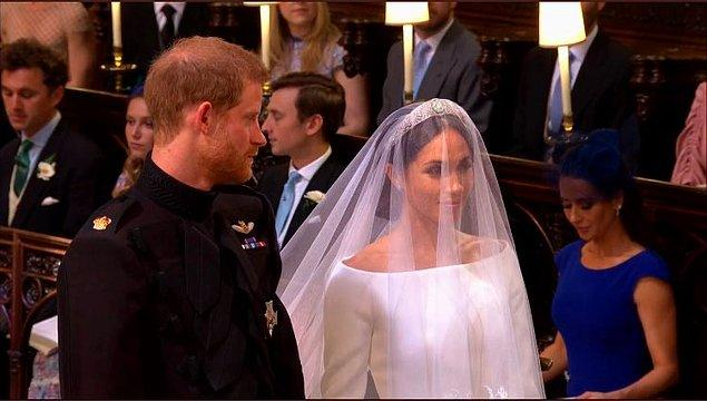 Bu arada Prens Harry'nin eşine olan hayran bakışları sık sık kameralara yansıdı.