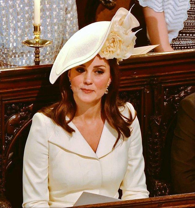 Ve tabii ki Kate Middleton. Her zamanki gibi zarif, şık ve sadeydi. Onun bu tarzı, adeta özgüveninin bir sembolü gibi.
