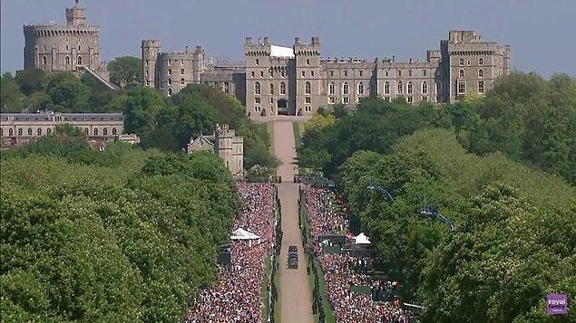 Düğünün yapılacağı Windsor kenti, töreni yakından izlemek isteyenler tarafından günlerce öncesinden dolmaya başlamıştı. Hatta parklarda yatanlar bile oldu...