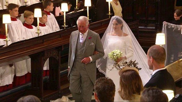 Gelini, şapelin kapısından Prens Charles aldı ve gelinle birlikte Prens Harry'e doğru yürüdüler.