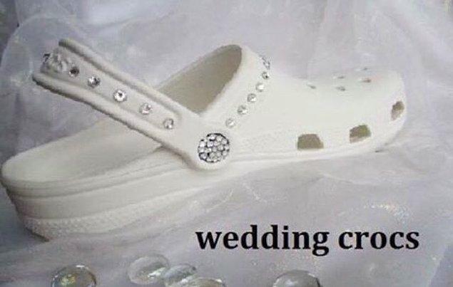 6. Sırf gelinliğin altına bu Crocs'u giymek için evlenilir değil mi? (Değil)