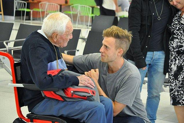 1. 104 yaşındaki Avustralyalı bilim adamının İsviçre'ye gidip ötanazi olmadan önce torunuyla buluştuğu o an.