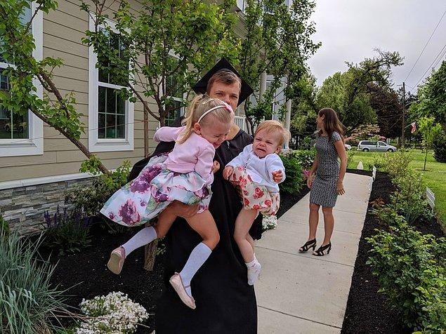 """6. """"15 yıl boyunca sürekli çalışıp hayatımı dengede tutma çabamın ardından gelen mezuniyetim. Evlendim, iki kızım ve bir evim var. Bu da benim ailemle birlikte olduğum mezuniyet fotoğrafım."""""""
