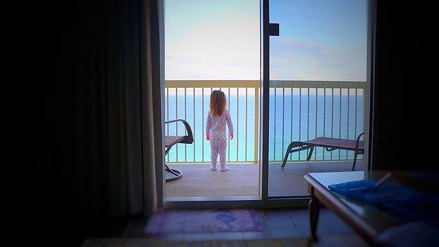 """8. """"Kızım hayatında ilk defa okyanus gördü. Bu da gördüğü ilk anın fotoğrafı."""""""