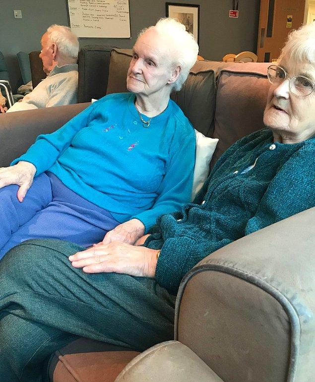 """12. """"Büyük annemi rahatsızlığından dolayı bakım evine yatırdık. Orada kendiyle aynı isme sahip bir hanımla tanışmış ve el ele tutuşup televizyon izliyorlar."""""""