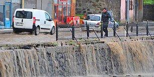 Ankara'nın Ardından Erzurum: Sel Nedeniyle Çöken Yol Otomobili Yuttu, Öğrenciler Mahsur Kaldı