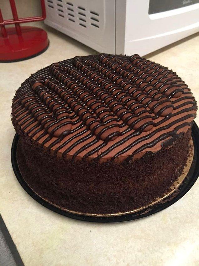 4. Simetri takıntısı olanların görünce sevineceği bir pasta.