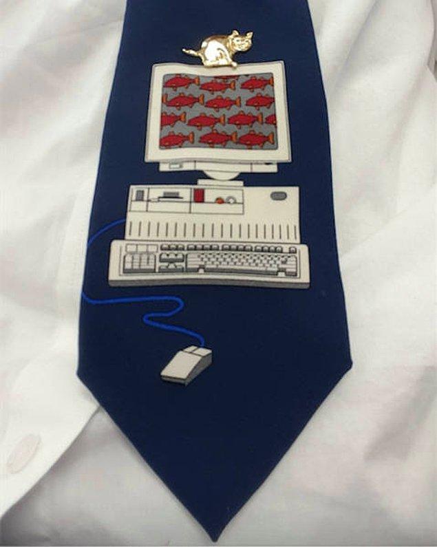 """23. """"Bilgisayar oyunları oynuyorum diye kız arkadaşımın annesi bana bu kravatı almış."""""""