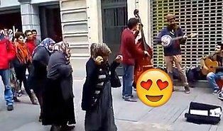 Caz Yapan Sokak Müzisyenlerine Danslarıyla Eşlik Eden Mendilci Teyzeler