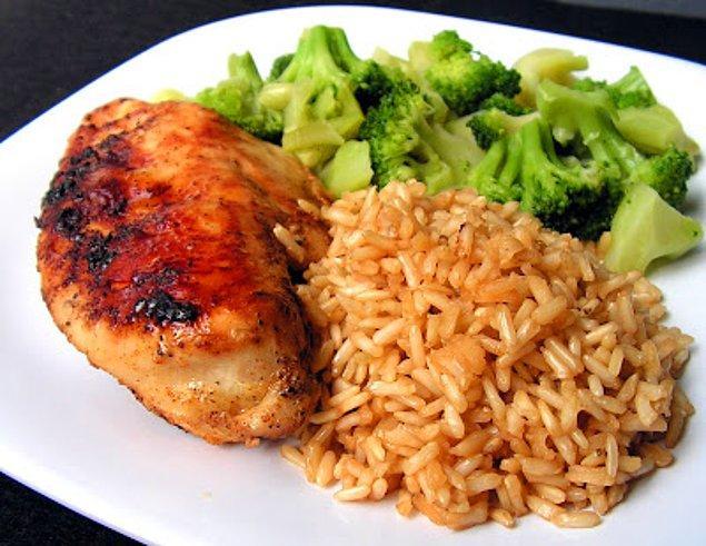 9. Tavuk göğsü ve kahverengi pirinç