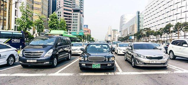 9. Araba kullanmak mı? Sizi küçük sersemler, izin verir miyiz sandınız?! (Kuzey Kore iç sesi)