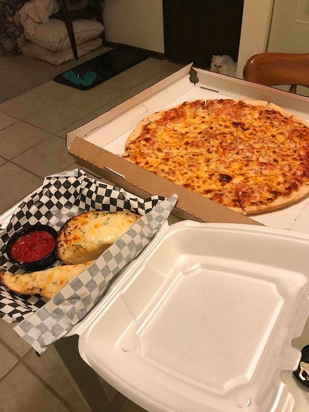 """14. """"Ailem 341 mil uzakta yaşıyor ve babama eve pizza siparişi vermek konusunda bir espri yaptım. Bakın kapımda ne buldum."""""""