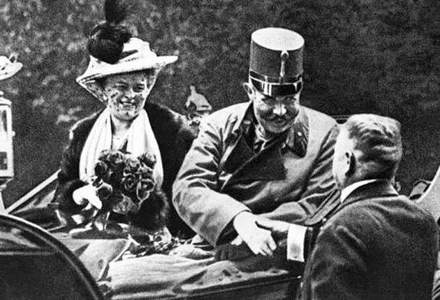 1. 28 Haziran 1914 tarihinde, Avusturya Arşidükü Franz Ferdinand ve karısının, Gavrilo Princip tarafından suikaste uğramadan önceki son fotoğrafı.