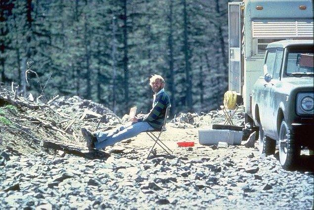 3. St. Helens Yanardağı'nı inceleyen yanardağ uzmanının, patlamada ölmeden 13 saat önceki fotoğrafı.
