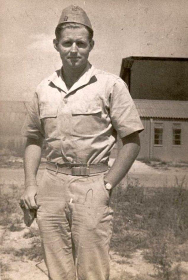 11. Amerika Birleşik Devletleri'nin 35. Başkanı John F. Kennedy'nin abisi Joseph Kennedy'nin aynı gün savaş sırasında ölmeden önceki son pozu.