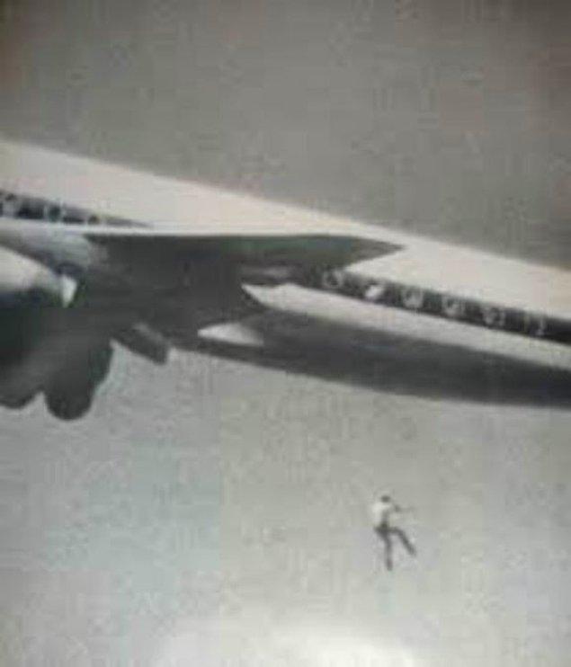 14. 1970'lerde, uçağa kaçak binen çocuğun tekerleklerden düşüşü.