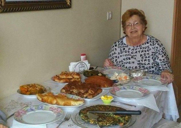 15. Kalp krizi geçirmeden önce yaptığı yemekleri gururla gösteren Türk babaannenin son fotoğrafı...