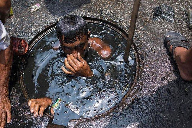 Görüldüğü üzere, bu işçiyi kanalizasyonun zehirli gazlarından ve pis sıvıdan koruyacak hiçbir şey yok.