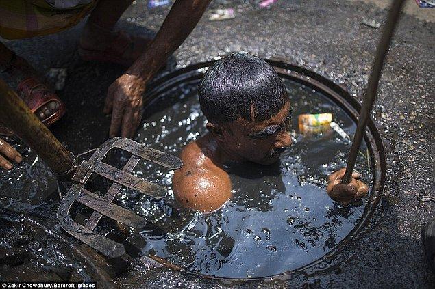 Temizlikçiler kanalizasyonlara çoğu zaman hamamböcekleri gibi çeşitli canlılarla giriyorlar...